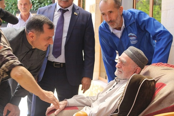 ЧЕЧНЯ. Партийцы поздравили с юбилеем старейшего члена «Единой России» в Чечне