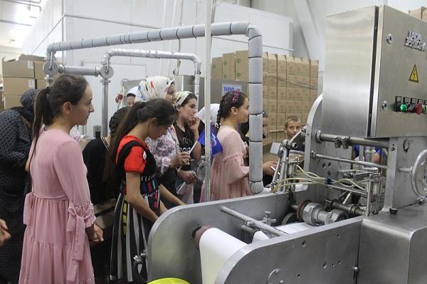 ЧЕЧНЯ. Дети из многодетных семей побывали на производстве мороженого в Гудермесе